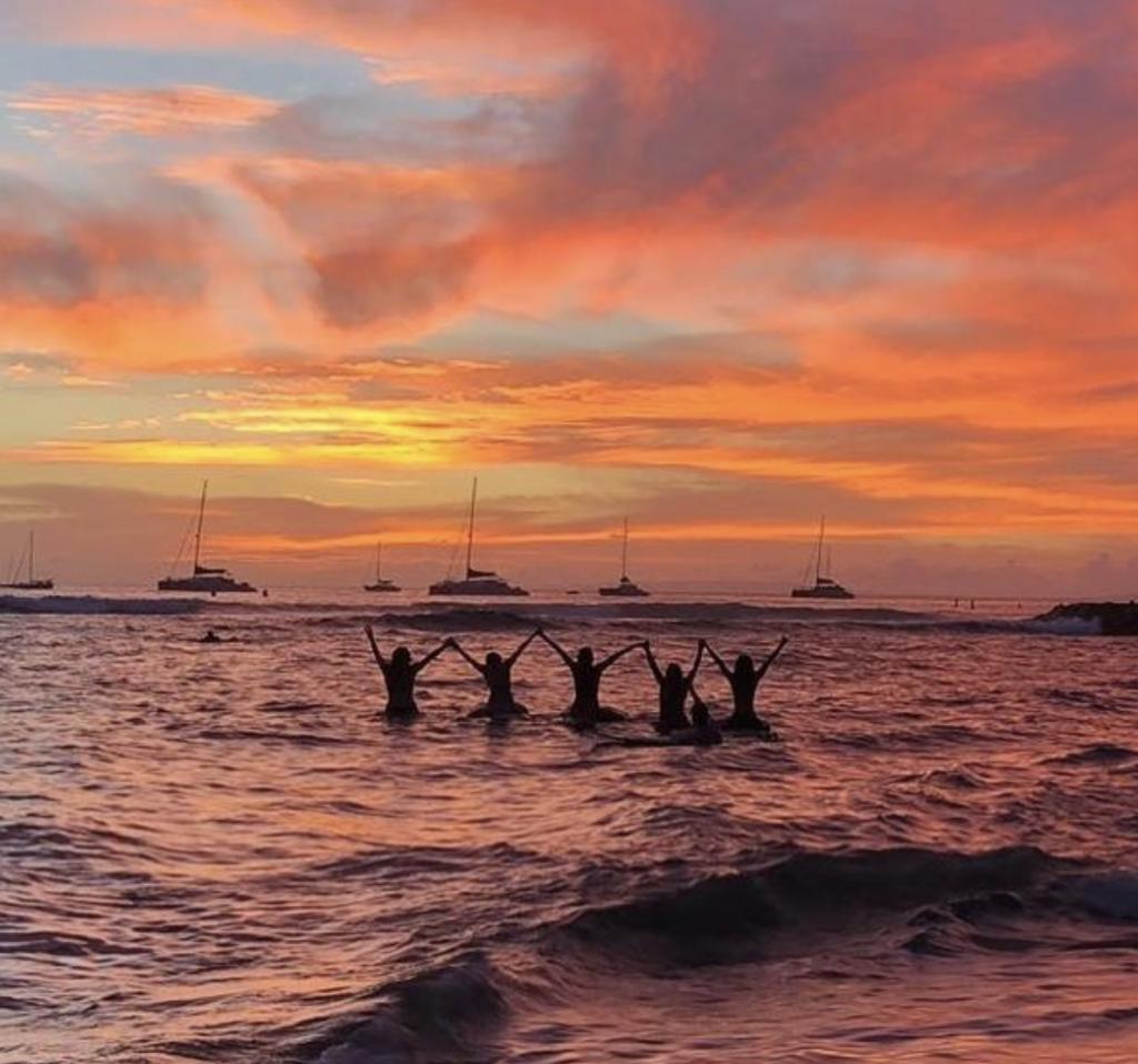 Sunset Fun at Lahaina Breakwall, Image Courtesy Tiki Beach Hostel, Photo by @bysiucrodz